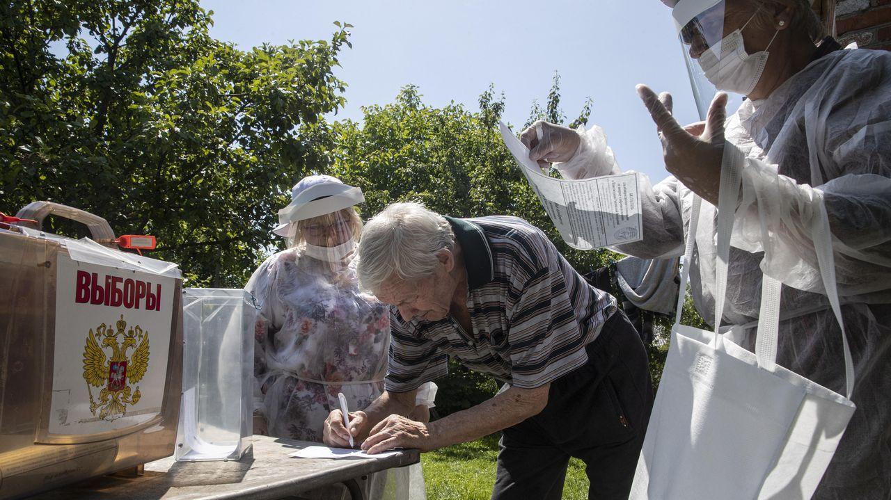 Miembros del colegio electoral recogieron votos en los pueblos de la región de Moscú