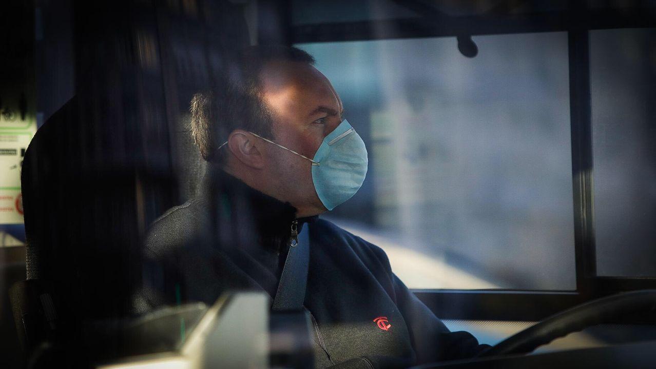 Un conductor de bus con mascarilla esta mañana en A Coruña