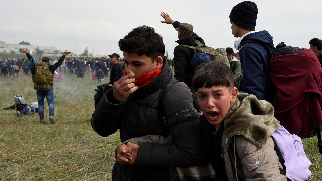 Un niño llora ante los gases lacrimógenos de la policía griega en la ciudad fronteriza de Diavata