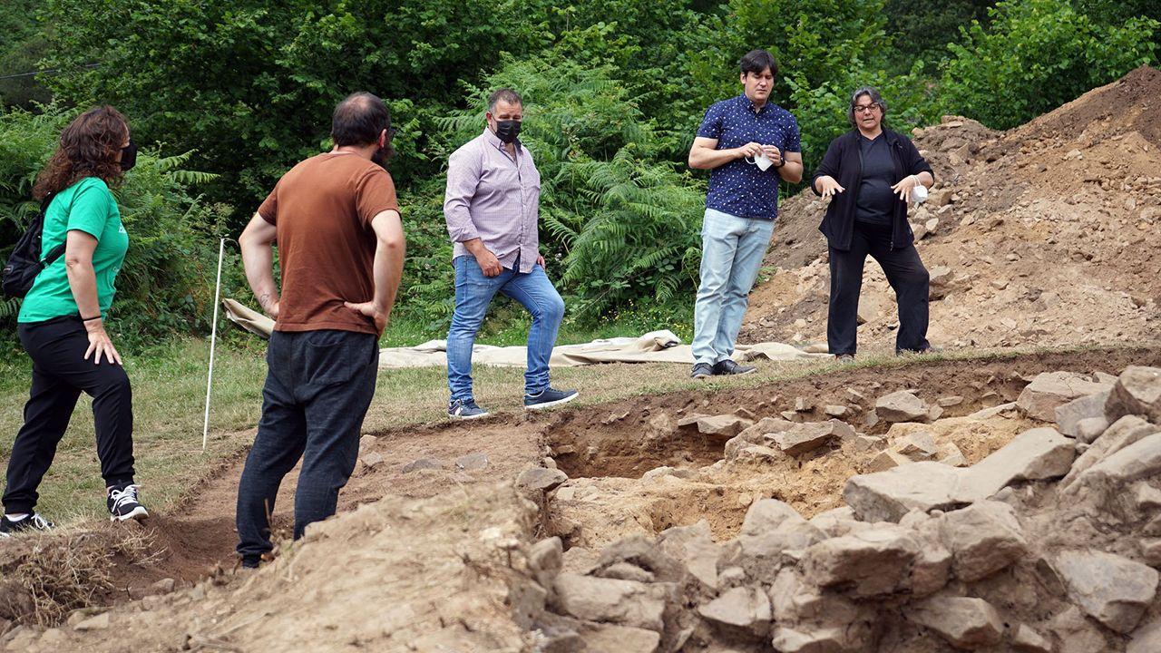 EL consejero de Ciencia, Innovación y Universidad, Borja Sánchez, de visita en la excavación de la necrópolis de Vigaña, en Belmonte de Miranda