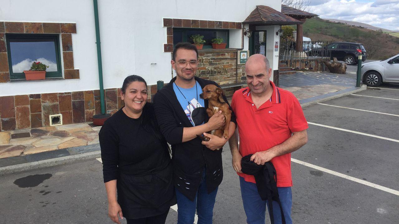Gratziela junto a su hijo Álex y su marido José Luis Fernández, delante del restaurante Casa Aira Padrón, en Samos