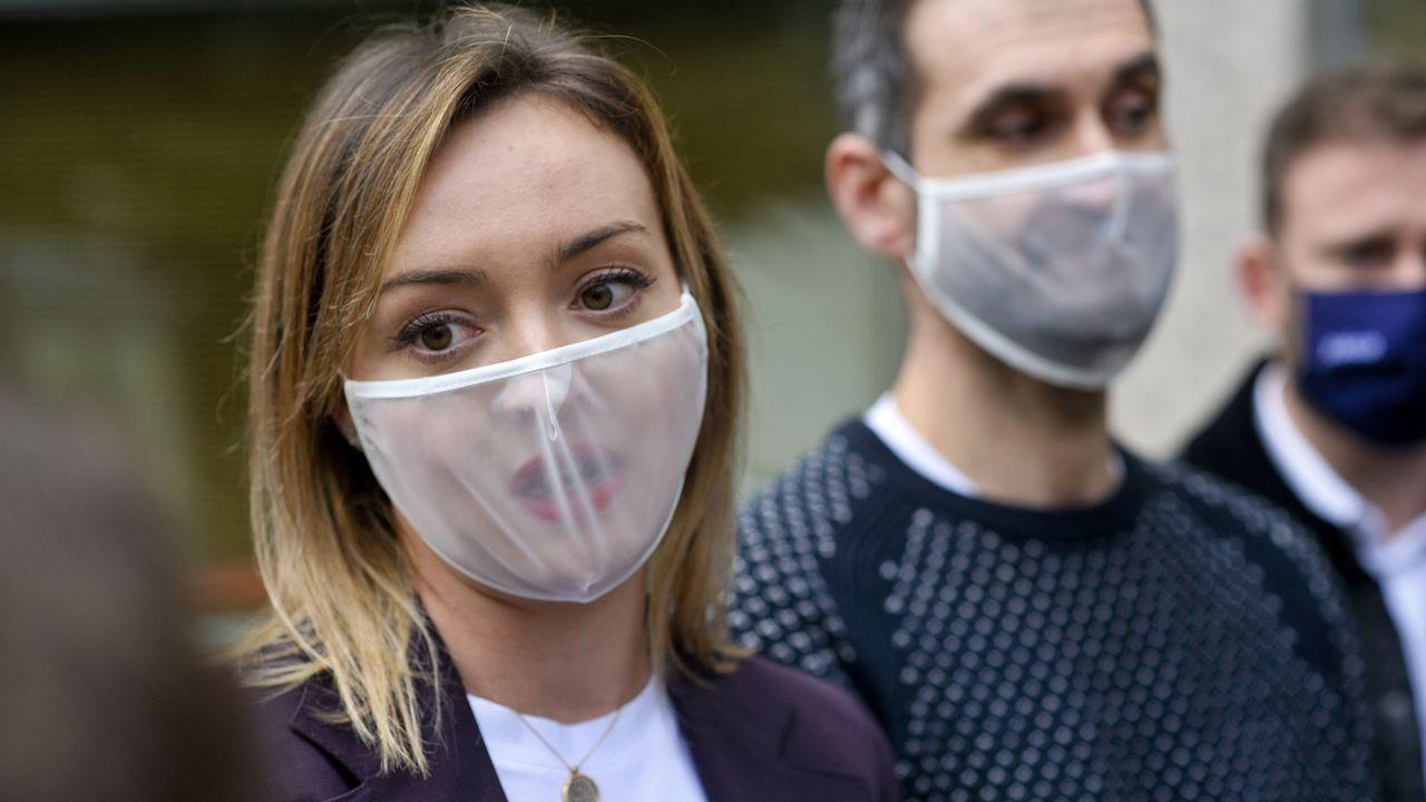 Fabiola García, conselleira de Política Social, presentó en A Coruña el modelo de las mascarillas que permiten a las personas sordas leer los labios