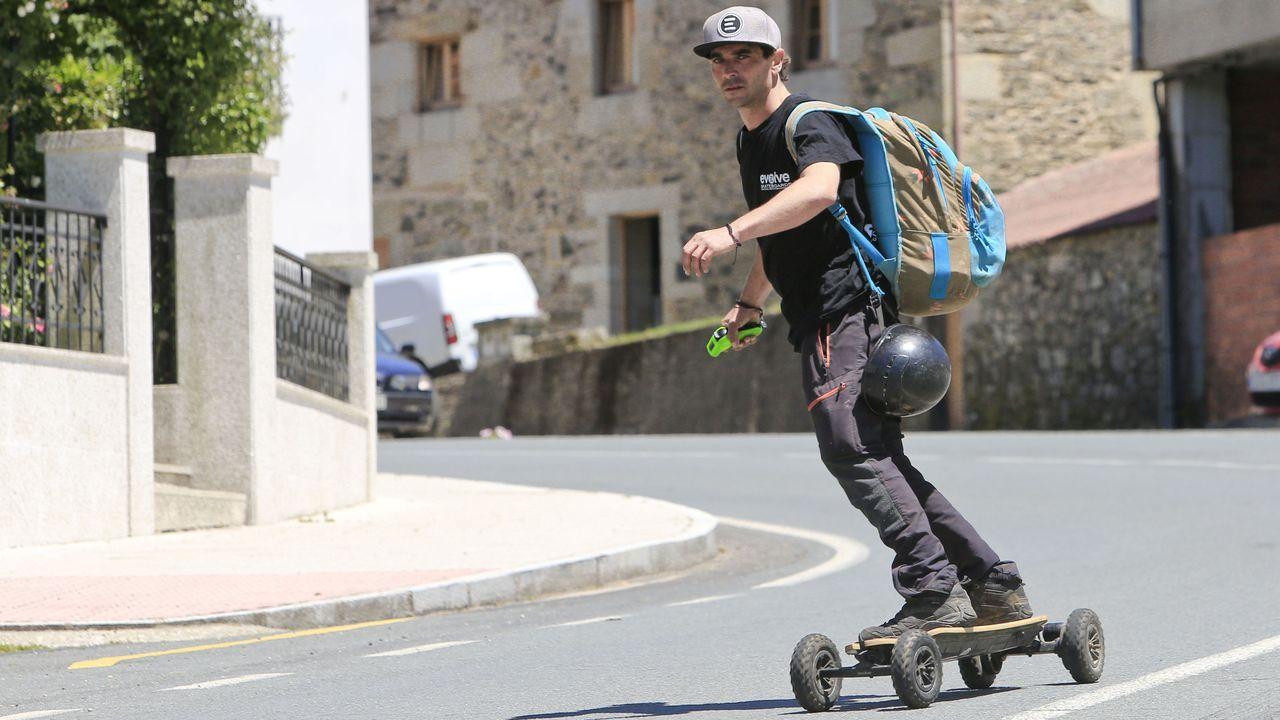 Ion Sánchez, peregrino que usa un monopatín eléctrico para hacer el Camino de Santiago