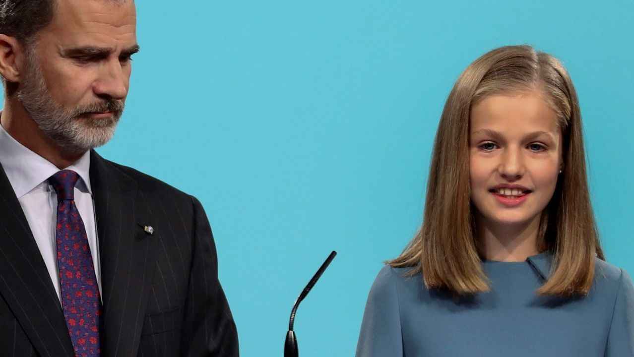 La princesa Leonor, acompañada por su padre, el Rey, interviene por primera vez en un acto oficial con la lectura de un extracto de la Constitución