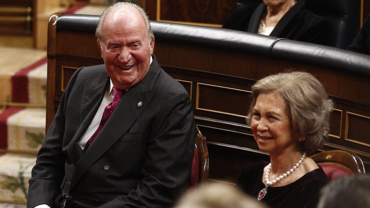 La trayectoria del rey emérito termina fuera de España.Felipe VI y Juan Carlos I en un acto en El Escorial en el 2014