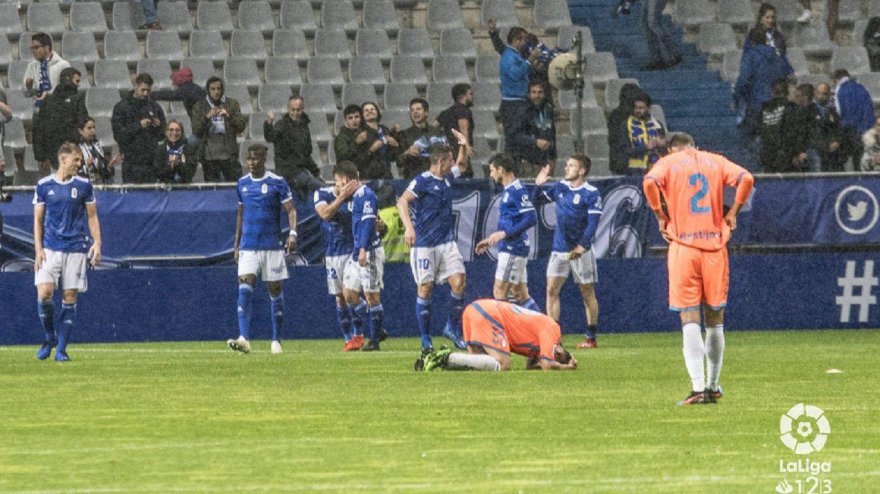 Los jugadores del Oviedo celebran uno de los tantos al Rayo