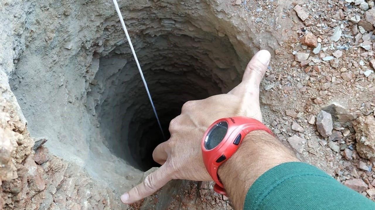 El agujero tiene más de 100 metros de profundidad y unos 30 centímetros de diámetro