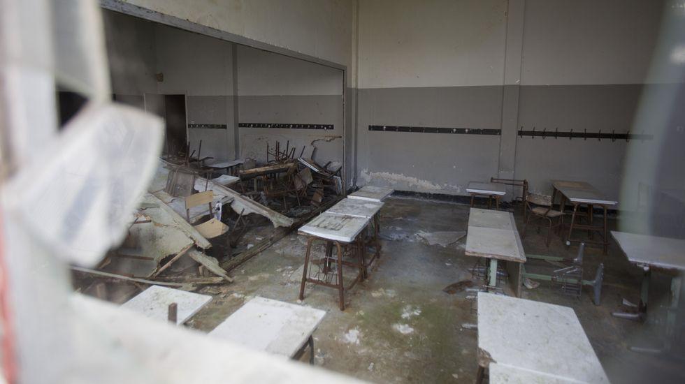 Las imágenes del abandono: así está el viejo colegio Leus de Carballo.Cribado en A Laracha, sábado y domingo