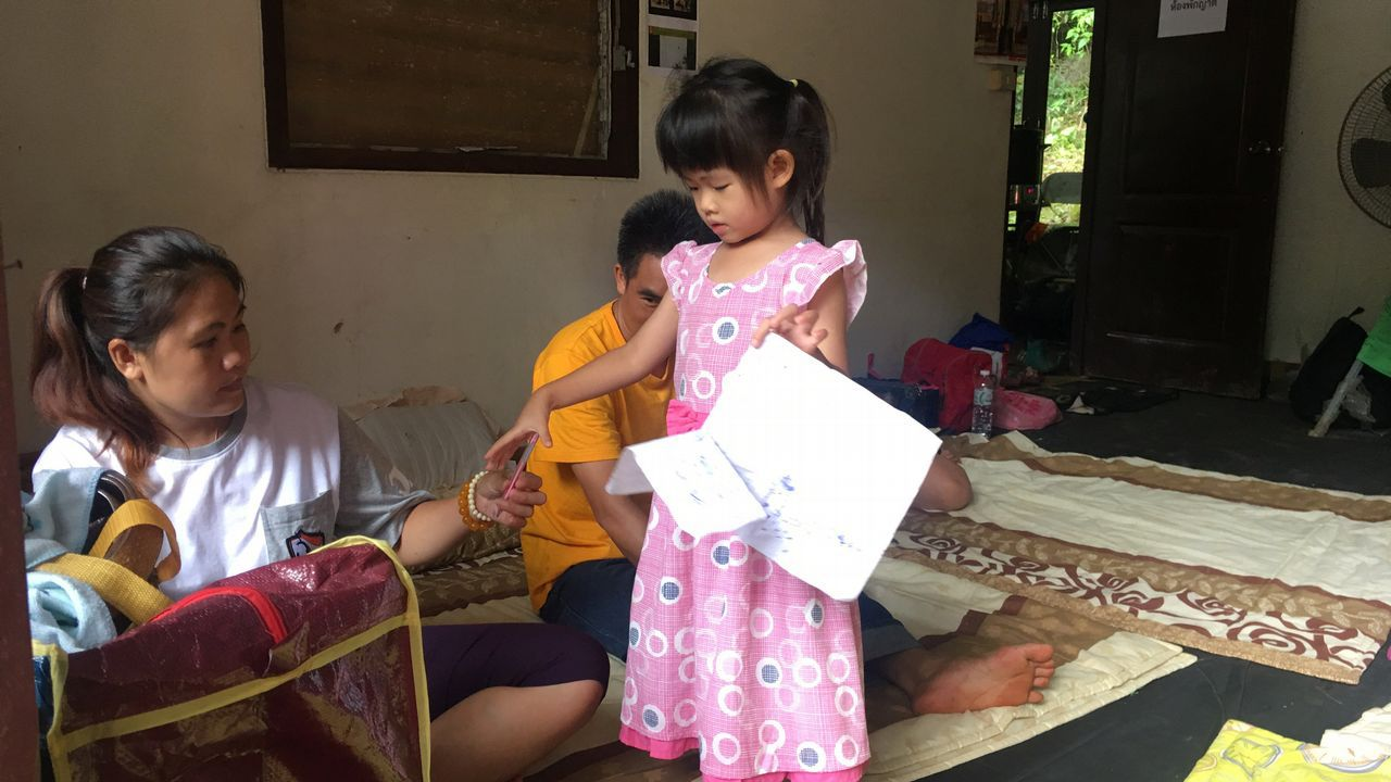 Los familiares de uno de los niños atrapados esperan noticias sobre los menores.