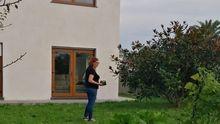 Esperanza Bernárdez, en su nueva casa en La Caridad, en el concejo de El Franco
