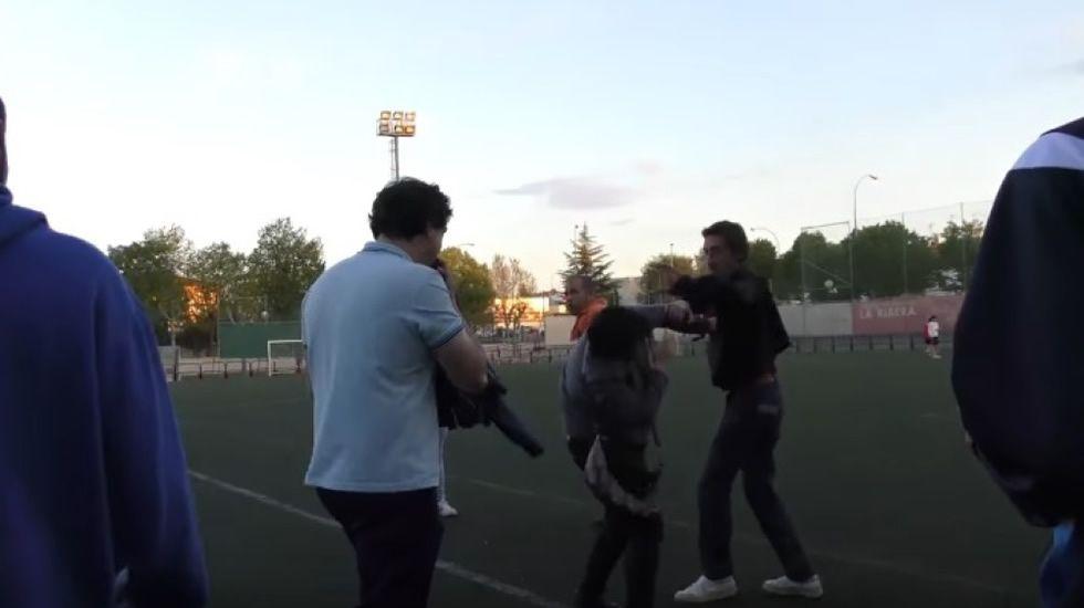 Pelea entre un padre y una madre en un partido de juveniles