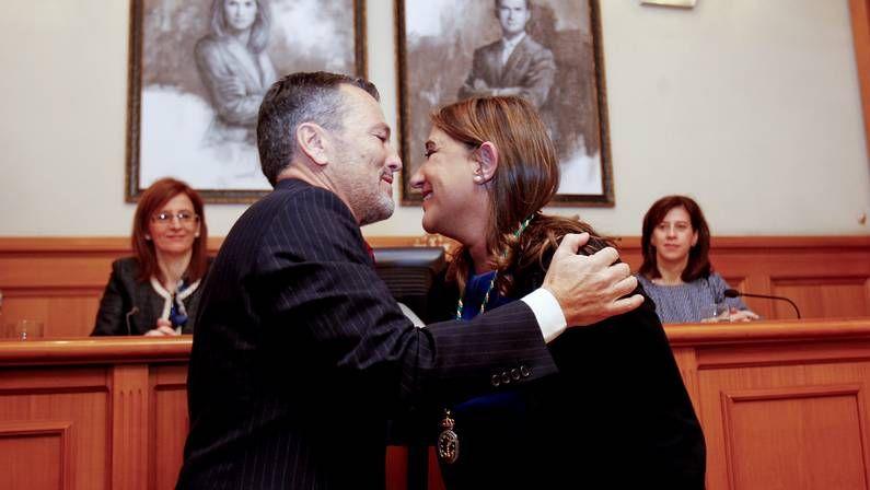 Agustín Hernández con la nueva concejala Maite Cancelo