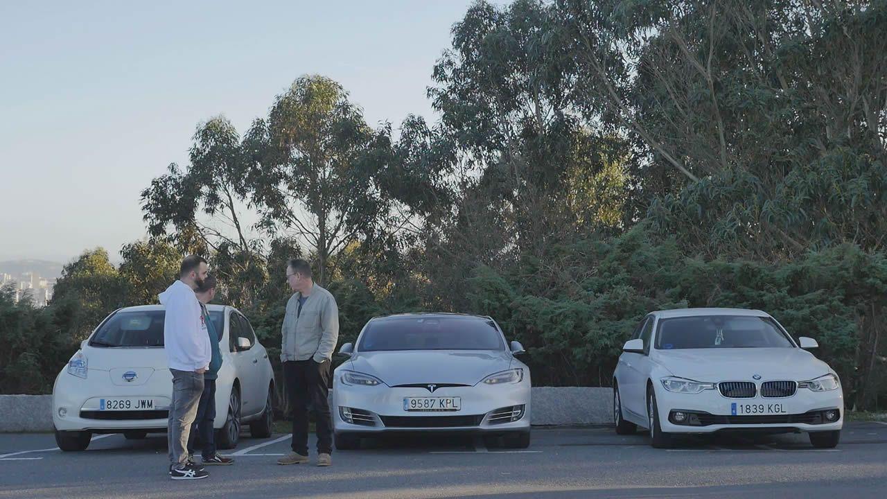 De izquierda a derecha: Un Nissan Leaf, un Tesla Model S y un BMW 330 ePerformance