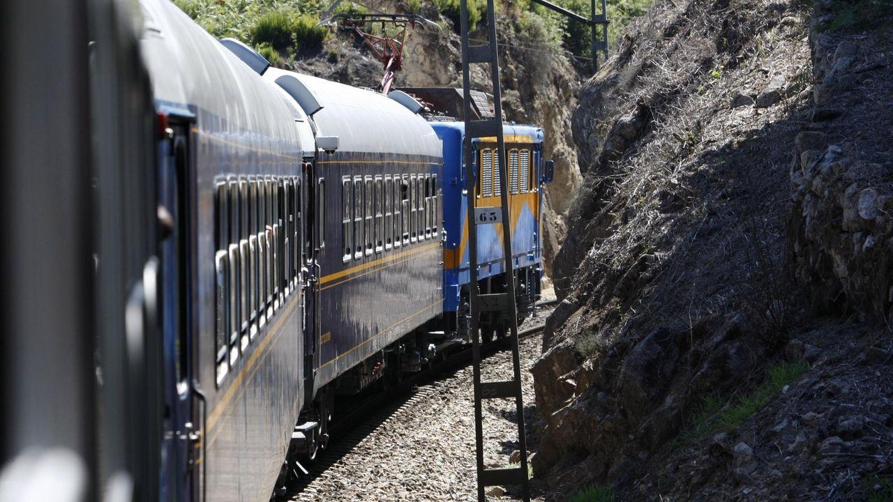Esta imagen desde el tren turístico de la Ribeira Sacra evidencia el angosto trazado de la línea