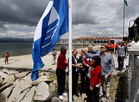 Una comitiva municipal, con representación popular y socialista, izó la bandera en Vilaxoán.