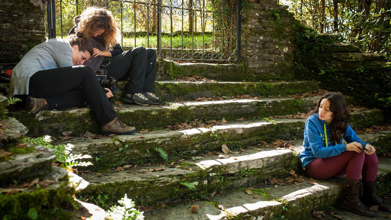 Diana Toucedo e a directora de fotografía, Lara Vilanova, nunha imaxe da rodaxe coa actriz Alba Arias