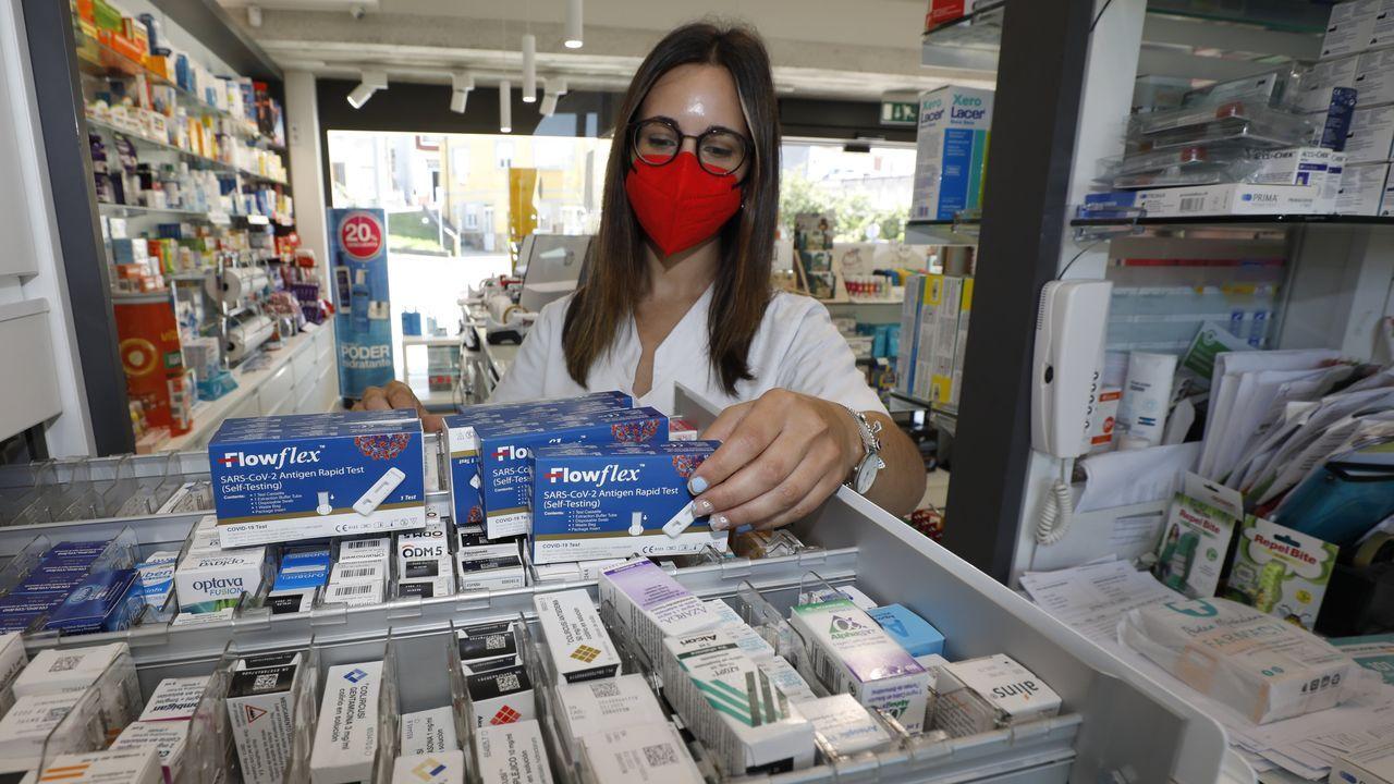 Desde este martes estarán a la venta los test de antígenos en farmacias (en la imagen, de archivo, la de Celeiro en Viveiro)