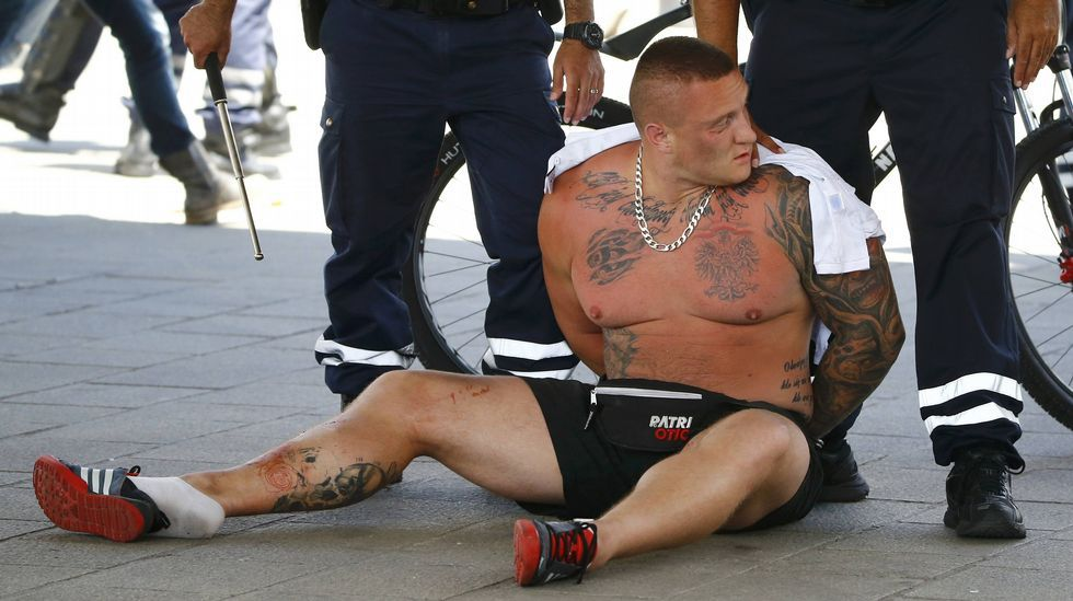 Hinchas polacos provocan disturbios en Marsella.Hinchas del Galatasaray apedrean un autobús de aficionados del Besiktas