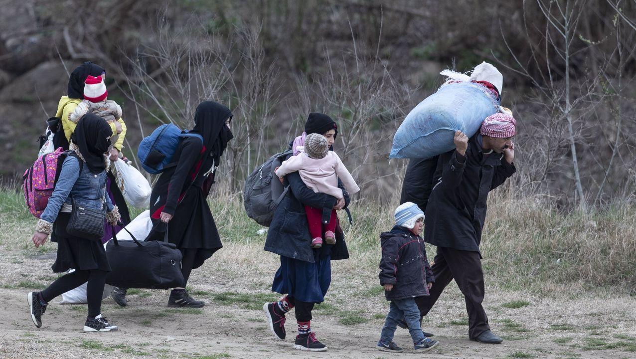 Una familia de refugiados camina por un sendero de la ciudad turca de Edirne en su inento de llegar a la frontera griega