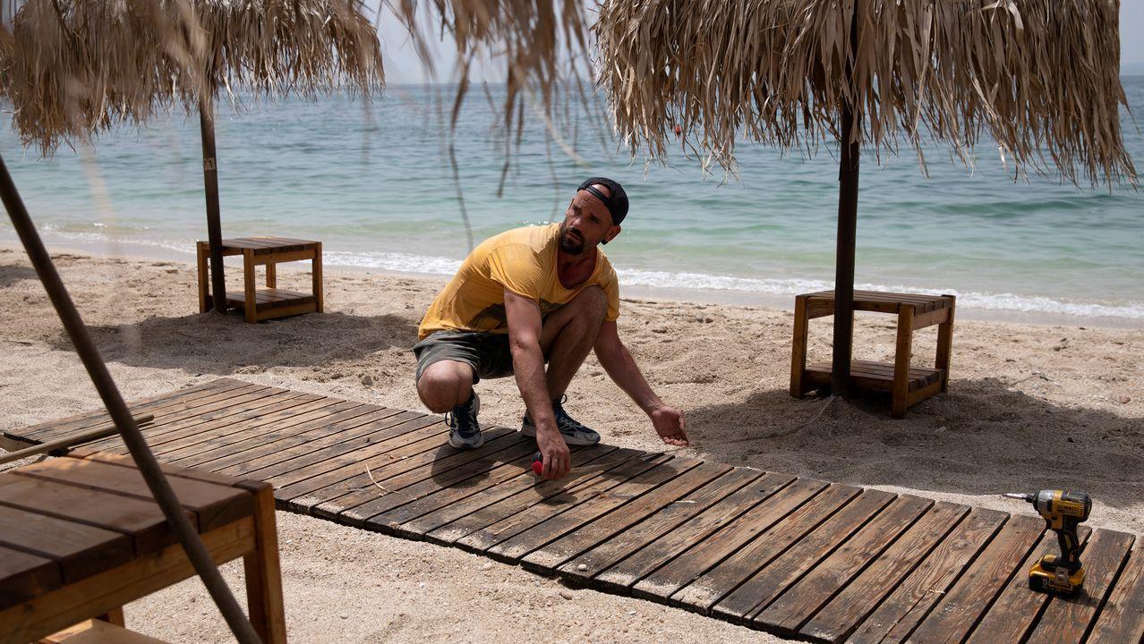 Un operario mide la distancia entre sombrillas en Tesalónica, Grecia