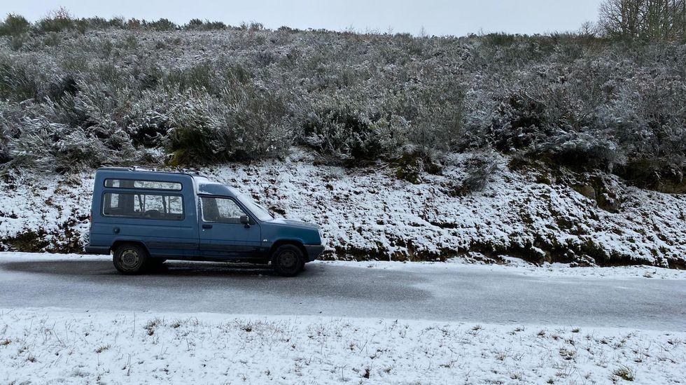 Nieve en Asturias en el mes de junio.Nieve en la subida a la estación de esquí desde A Pobra de Trives