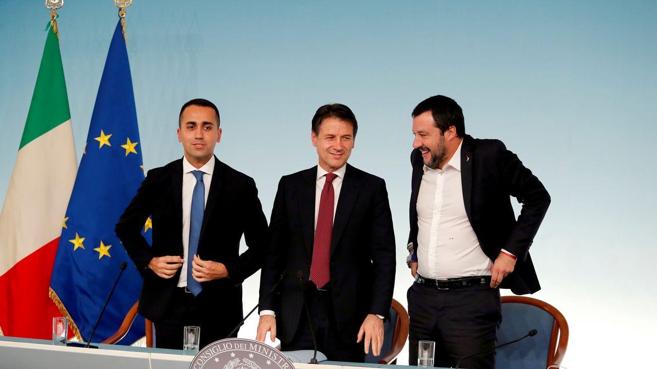Salvini da por rota la coalición con el Movimiento 5 Estrellas y pide elecciones.El primer ministro italiano, Giuseppe Conte, flanqueado por sus vicepresidentes Luigi Di Maio y Matteo Salvini