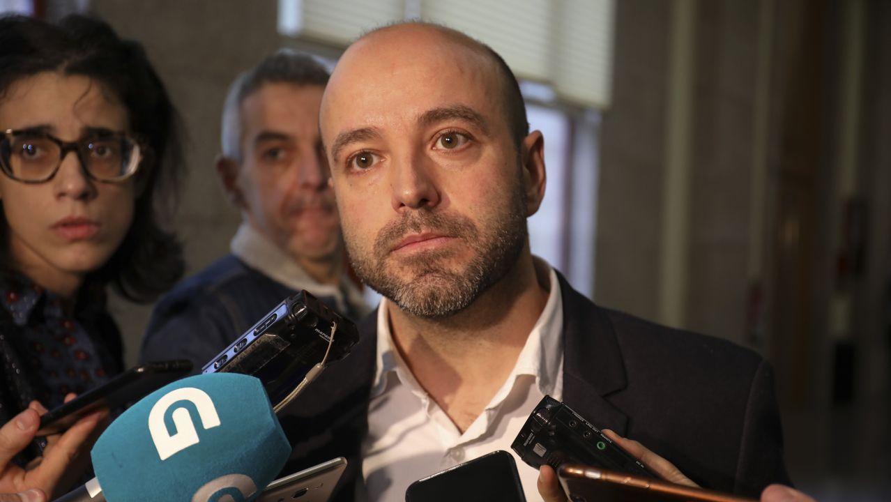 El comité electoral de En Marea acusa a la coordinadora de «secuestrar» las primarias.Rodríguez, Fernán Vello, Díaz y Gómez Reino aplauden desde tres filas más adelante que Fernández
