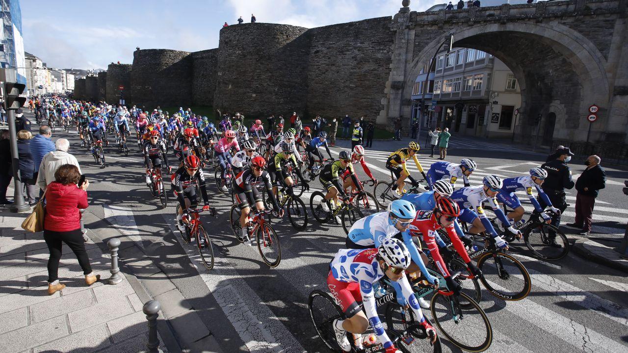 Paso de los ciclistas de La Vuelta junto a la Muralla de Lugo, que no se vio en televisión