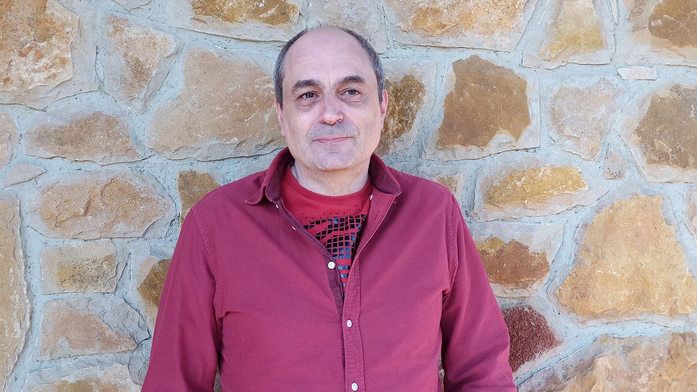 El profesor interino Daniel Caso imparte clases de electrónica en los centros públicos de Asturias