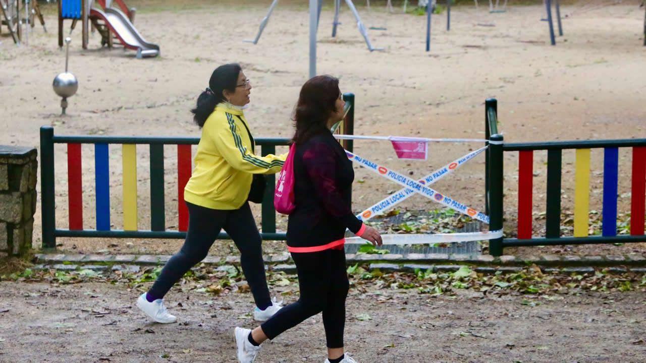 Paseo de las Avenidas en Vigo.Gente paseando y haciendo deporte por Vigo
