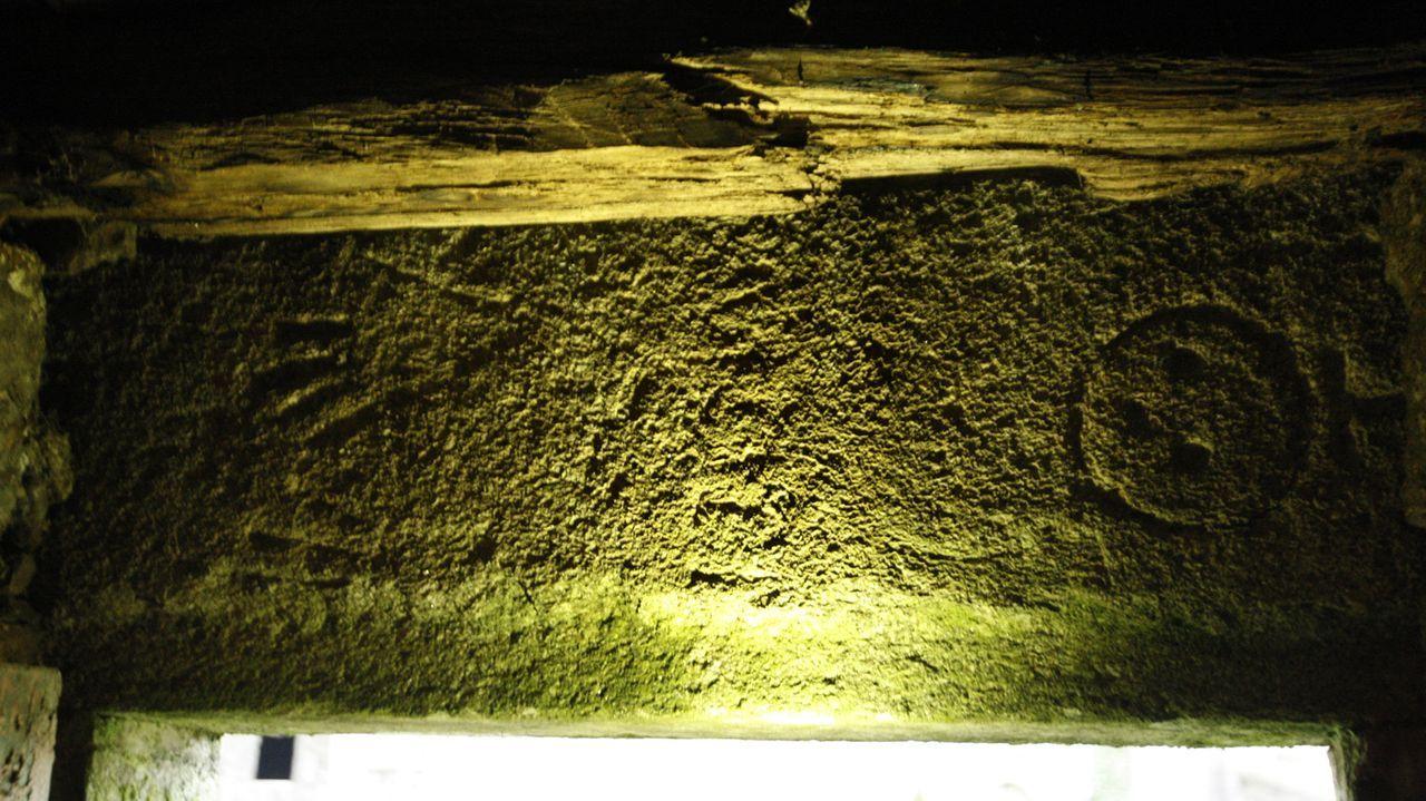 Una visita en imágenes al Pozo Morto, un depósito de agua de la época romana.La estela fúnebre está en posición horizontal al haber sido aprovechada como dintel de una puerta. A la derecha se distingue la representación esquemática de un rostro humano y a la izquierda, unas manos entrelazadas. En el centro hay una figura cuyo carácter está aún poco claro