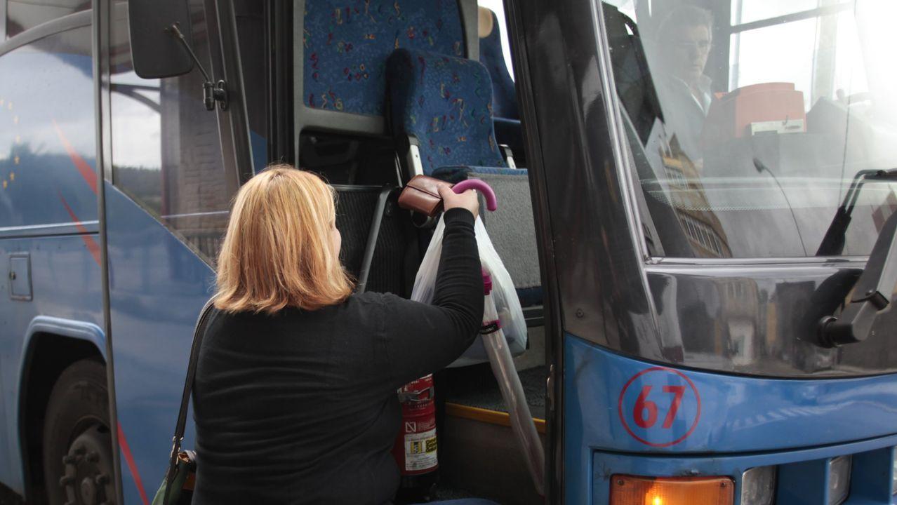 Un autocar de la Empresa Freire, circulando por la N-547