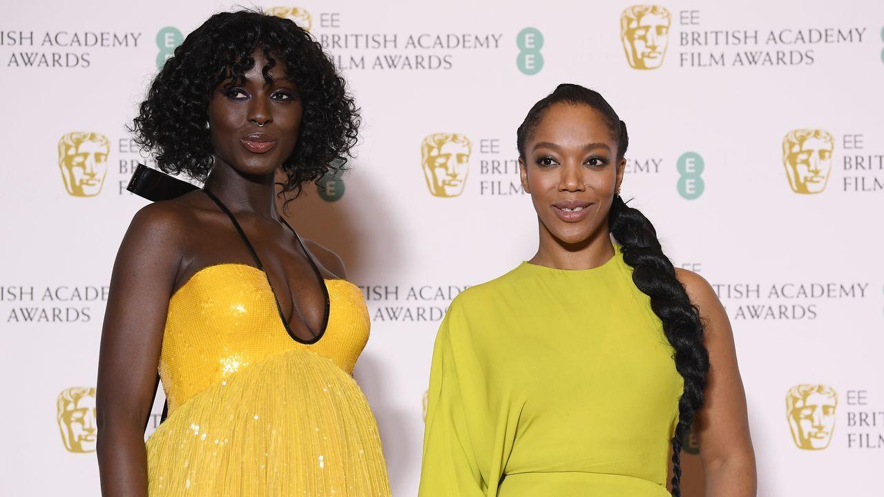 Las actrices Jodie Turner-Smith y Naomi Ackie, posando juntas en la alfombra roja de los Bafta