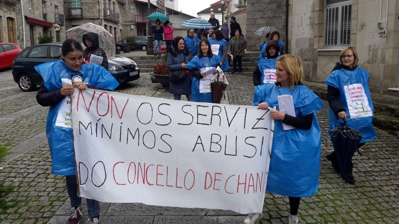 Un aspecto de la concentración realizada ayer por las trabajadoras del servicio de ayuda en el hogar