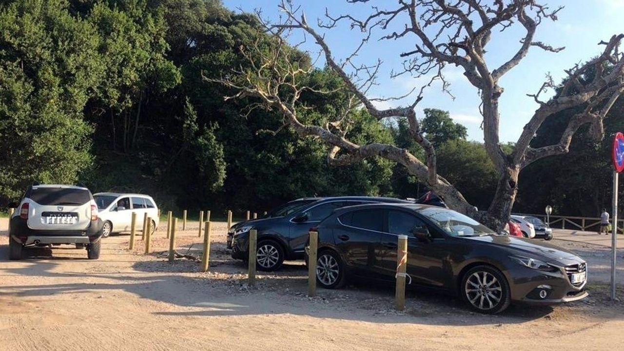 Destrozan la señalización que regulaba el tráfico y los aparcamientos en la playa de Cuevas del Mar (Llanes)