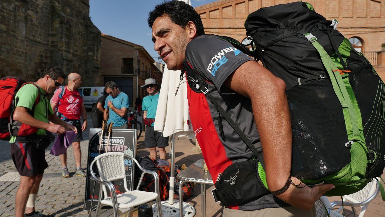 Ricardo, de Argentina, cargando la mochila en Grañón