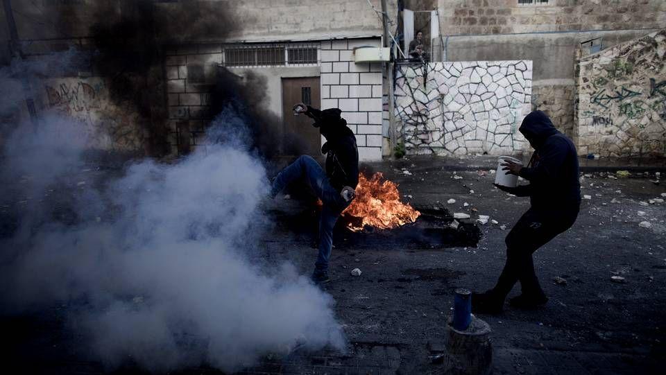 Palestinos se enfrentan a miembros de las fuerzas de seguridad israelíes en el este de Jerusalén.