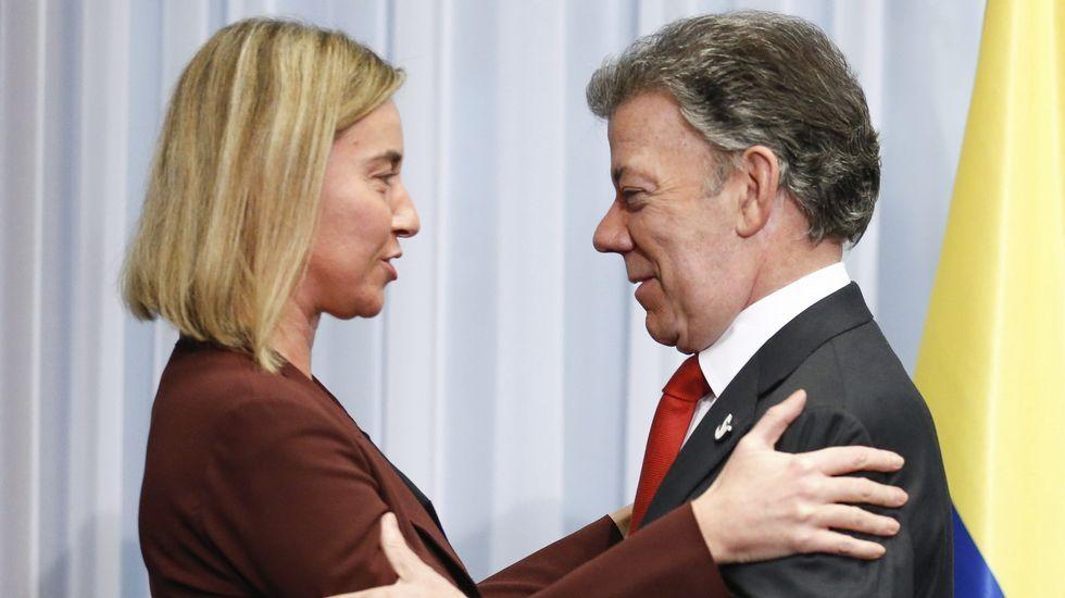 El presidente colombiano, Juan Manuel Santos, habla con la jefa de la diplomacia de la UE, Federica Mogherini.