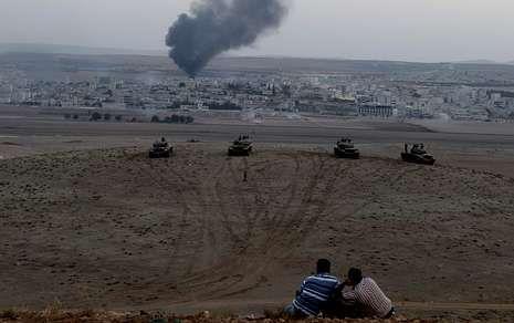 El desfile del 12 de octubre, en imágenes.Desde la frontera turca se ve el humo de las bombas que se eleva desde Kobani.