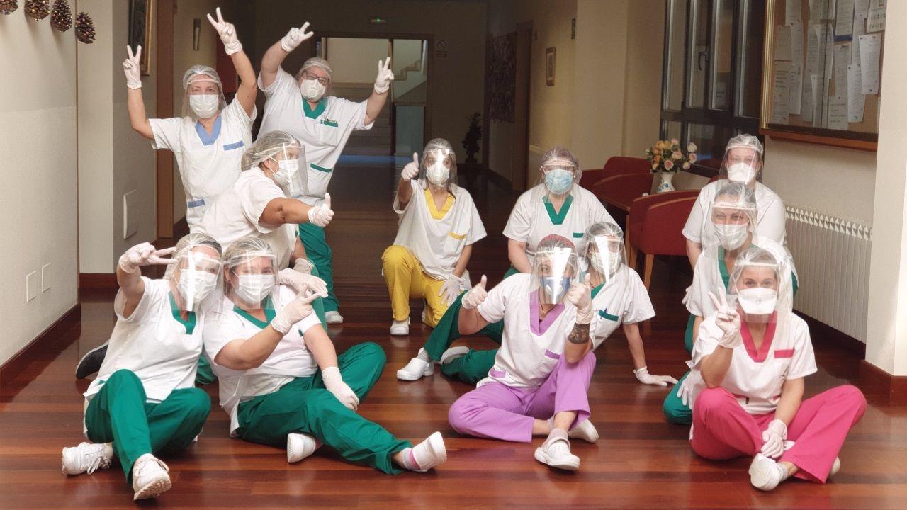 El personal de la residencia San Simón, en Cacheiras, se ha empeñado en afrontar la crisis poniéndolo humor y sonrisas al gran esfuerzo que están realizando