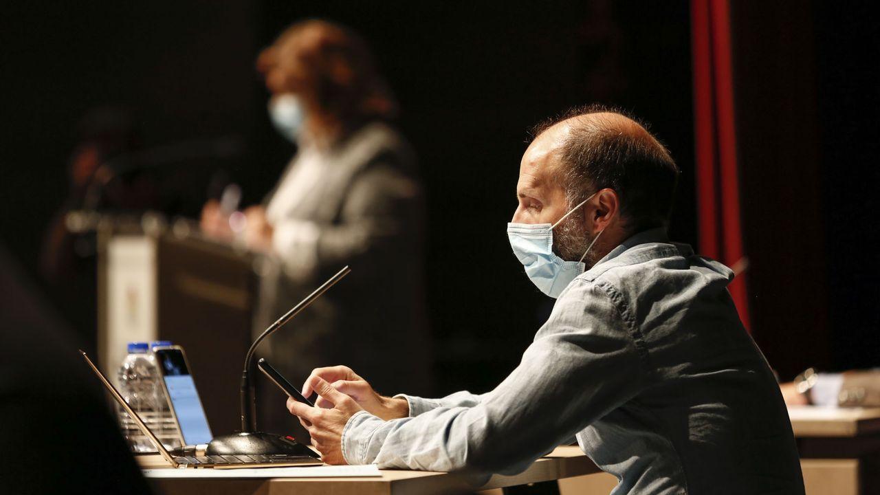 Jácome consultando su móvil durante el último pleno del Concello de Ourense