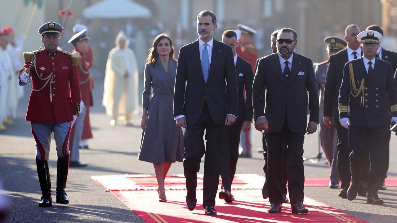 Los reyes de España Felipe y Letizia junto al rey Mohamed VI en la plaza de Mechouar durante la ceremonia oficial de bienvenida
