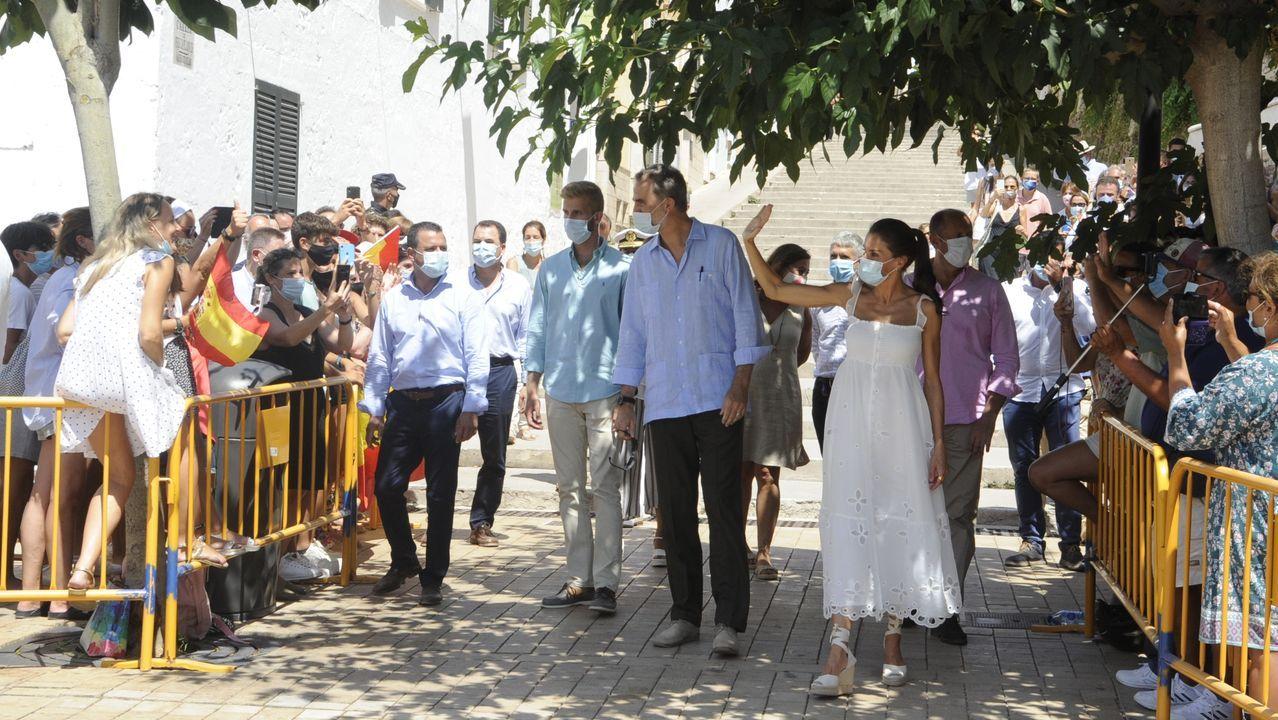 Los reyes durante el paseo que realizaron por Ciutadella, en Menorca