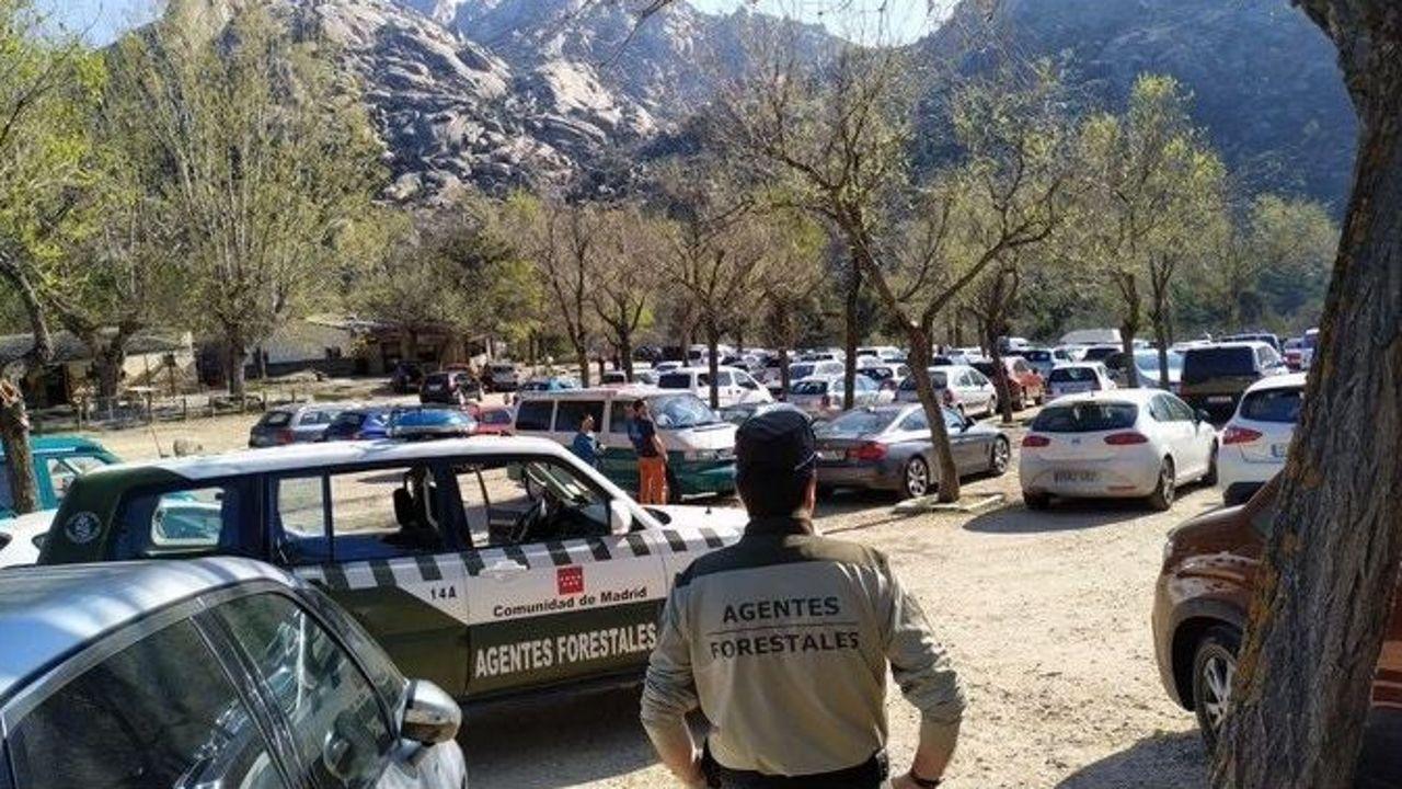 El aparcamiento de la sierra de La Pedriza, Madrid, en la mañana del sábado 14 de marzo