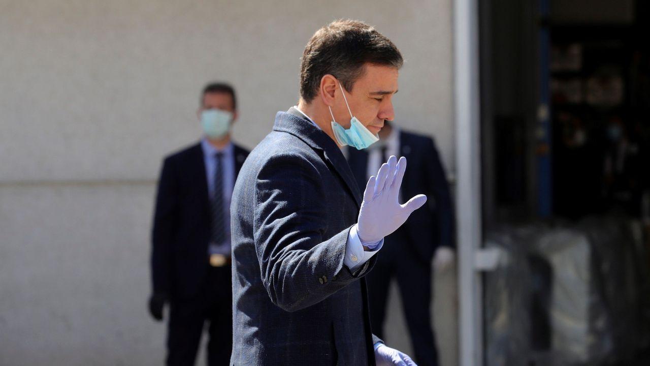 Pedro Sánchez durante su visita este viernes a una factoría de material sanitario