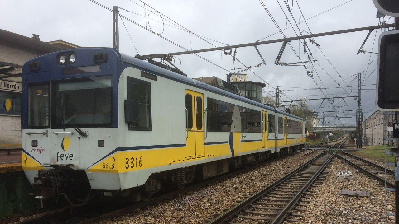 Tren de cercanías en la estación de El Berrón