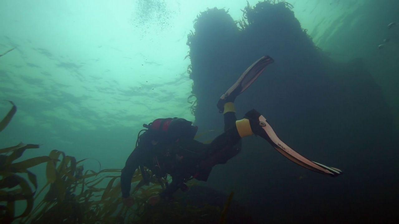 Las imágenes del naufragio del Mar Egeo, la tragedia que marcó a los coruñeses hace 27 años.Novoa conserva la costumbre de empezar el día leyendo la información marítima