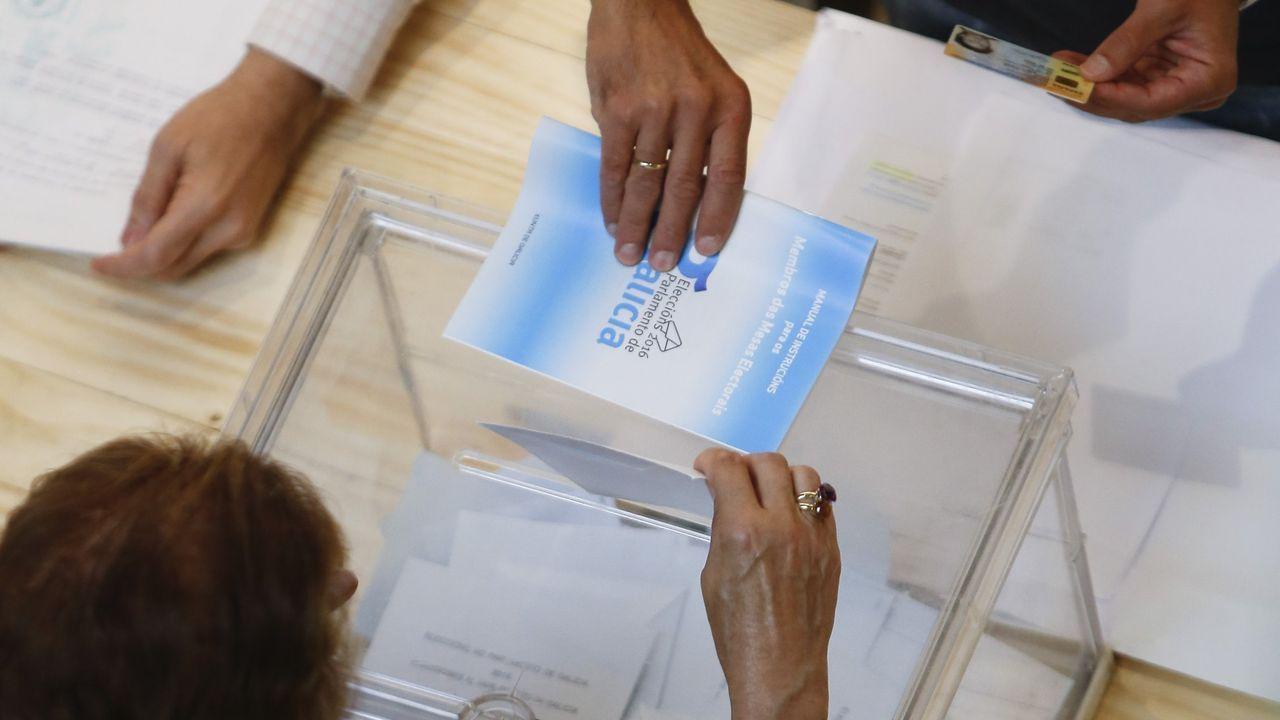 Feijoo en Os Peares, arranca la campaña electoral.Pleno del Parlamento de Galicia en una imagen de archivo
