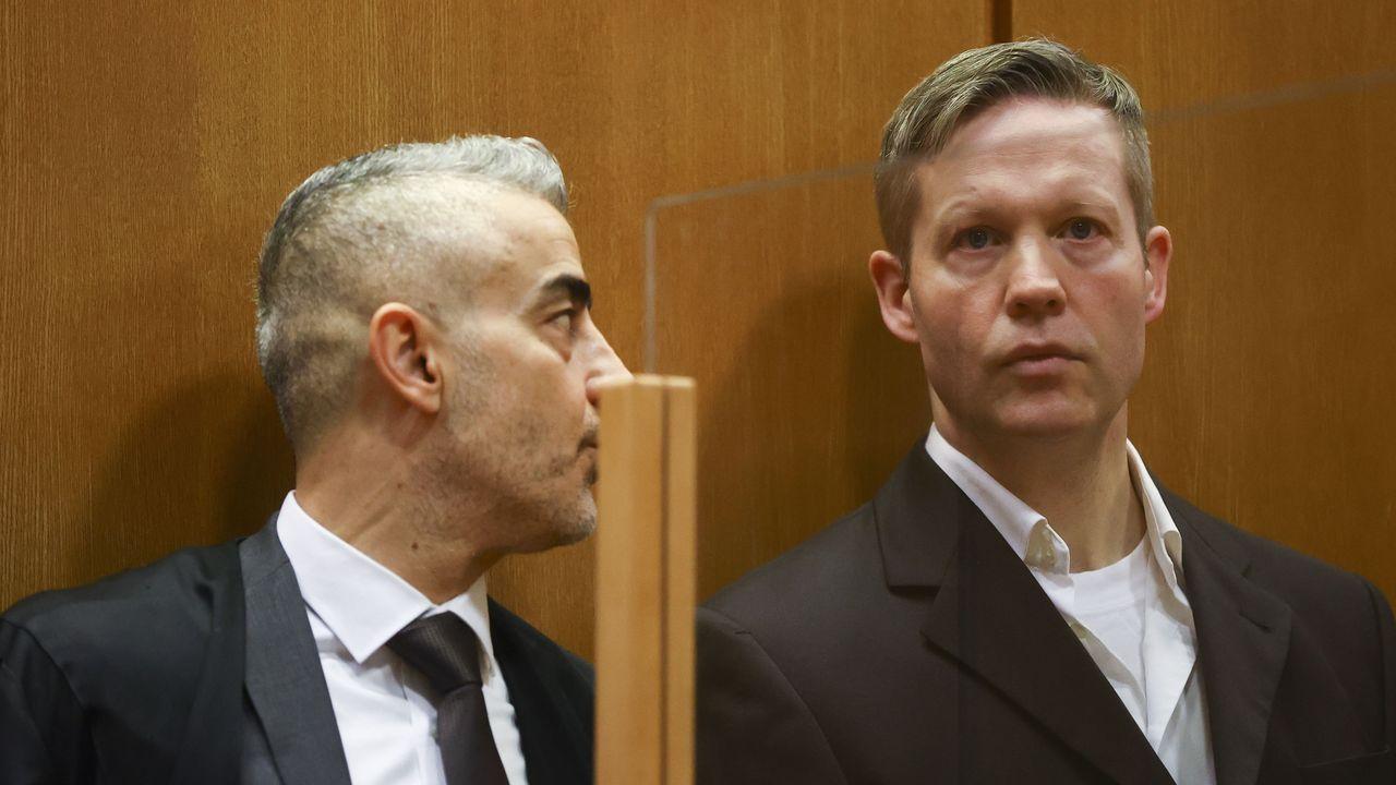Stephan Ernst, a la izquierda de la imagen, escucha el veredicto en la Corte Regional de Fráncfort