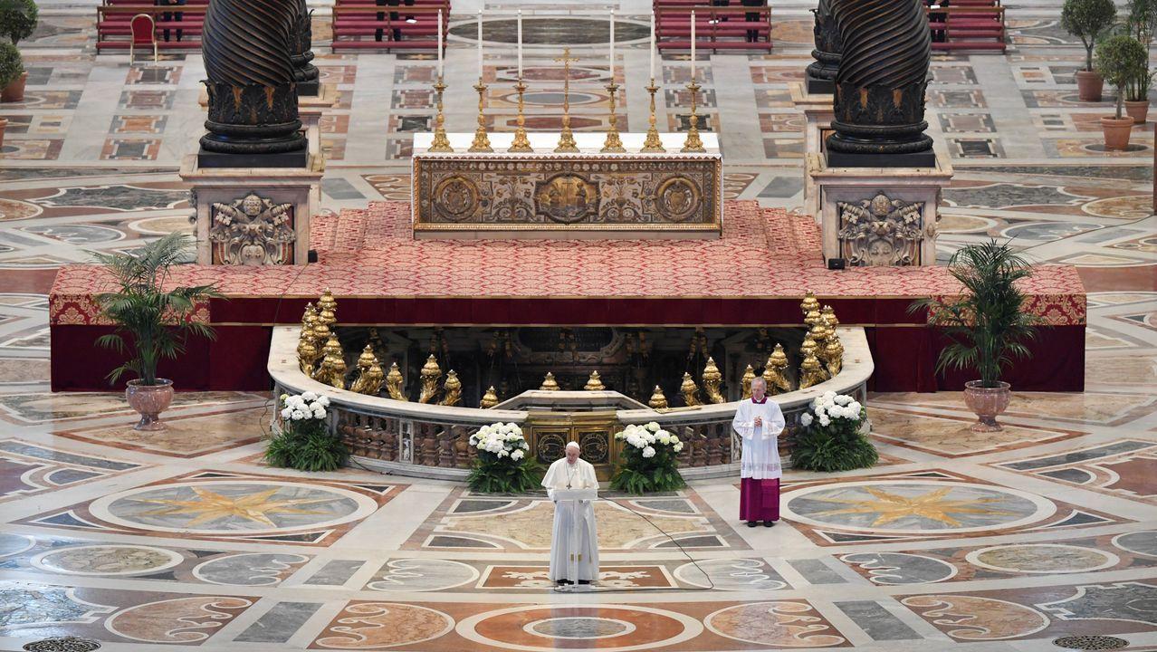 Turismo, desinfección y distancia por el mundo.El papa Francisco lee el tradicional «Urbi et Orbi» en una basílica de San Pedro sin público.